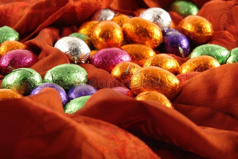Oeufs de pâques de chocolat sur le fond rouge photo libre de droits