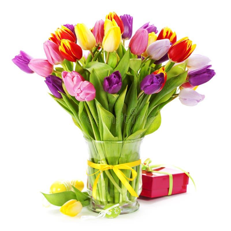Oeufs de pâques de tulipswith de source photographie stock