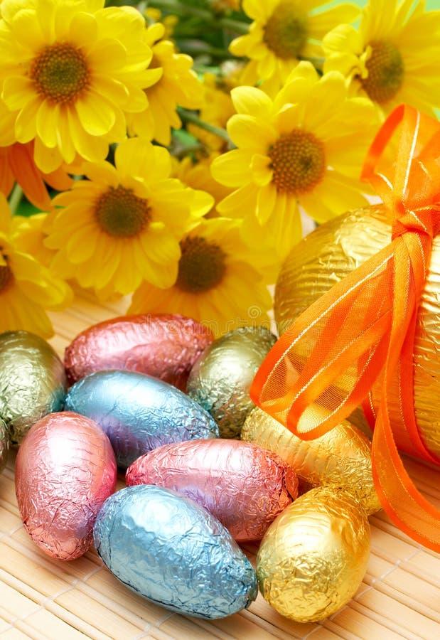 Oeufs de pâques enveloppés colorés de chocolat images libres de droits