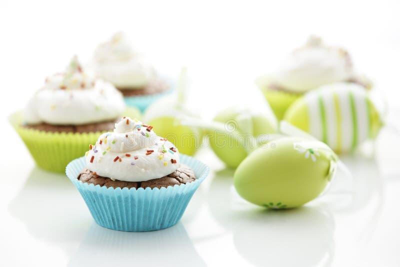 Oeufs de pâques et gâteaux savoureux image stock