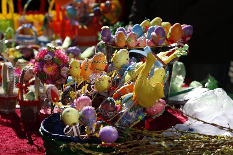 Oeufs de pâques fabriqués à la main colorés photographie stock libre de droits