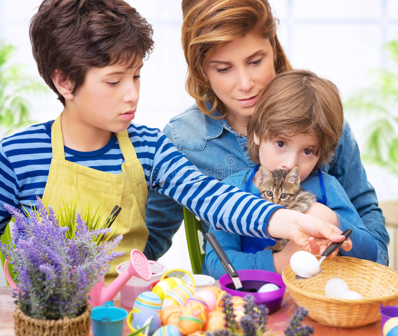 Oeufs de pâques heureux de peinture de famille photo libre de droits