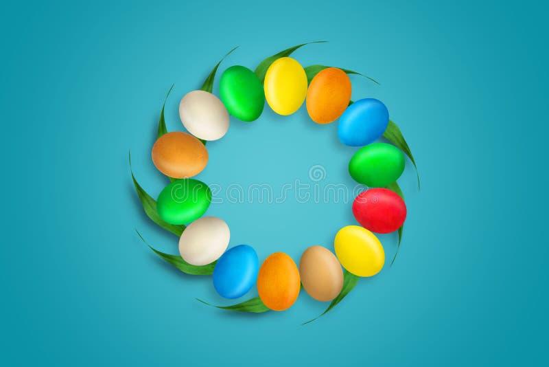 Oeufs de pâques multicolores sous forme de cercle Copiez l'espace Fond pour une carte d'invitation ou une félicitation Pâques photographie stock libre de droits