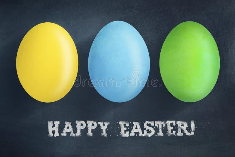 Oeufs de pâques multicolores sur un fond bleu-foncé L'inscription dans la craie, Joyeuses Pâques le fond a coloré le vecteur roug photo libre de droits