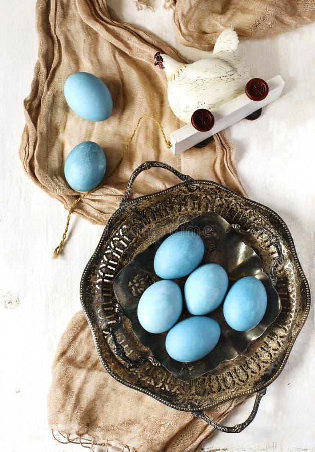 Oeufs de pâques naturellement colorés photographie stock