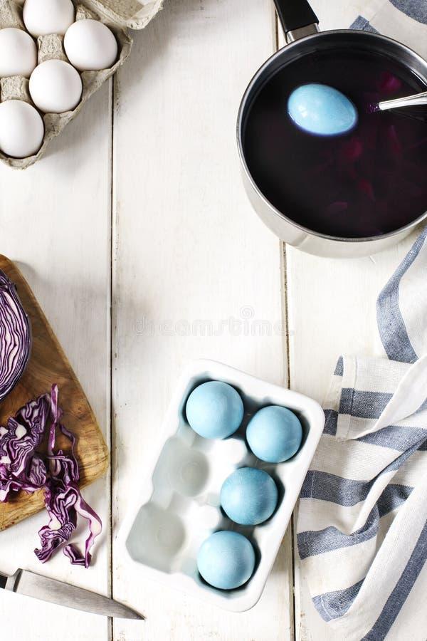 Oeufs de pâques naturellement de coloration avec le chou rouge La décoration faite maison eggs la manière naturelle photo stock