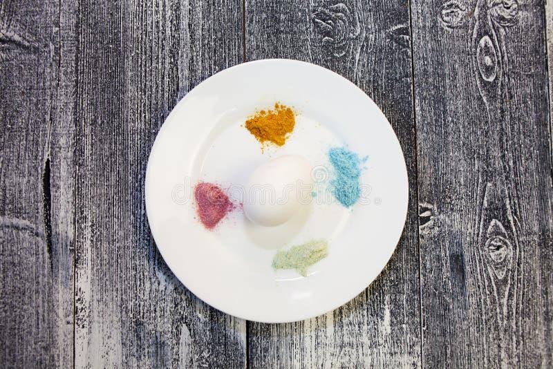 Oeufs de pâques naturels teignant avec la couleur naturelle de colorant photo stock