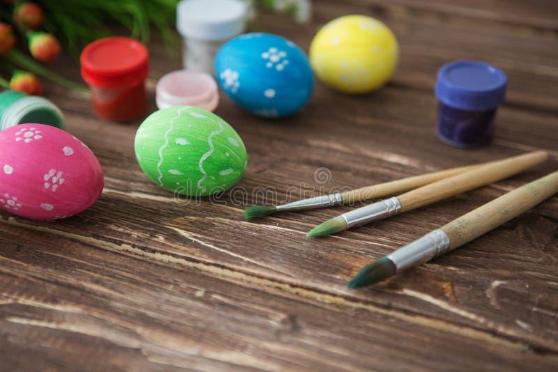 Oeufs de pâques, palette de peinture et brosses colorés sur la table en bois Vue supérieure avec l'espace de copie photos libres de droits
