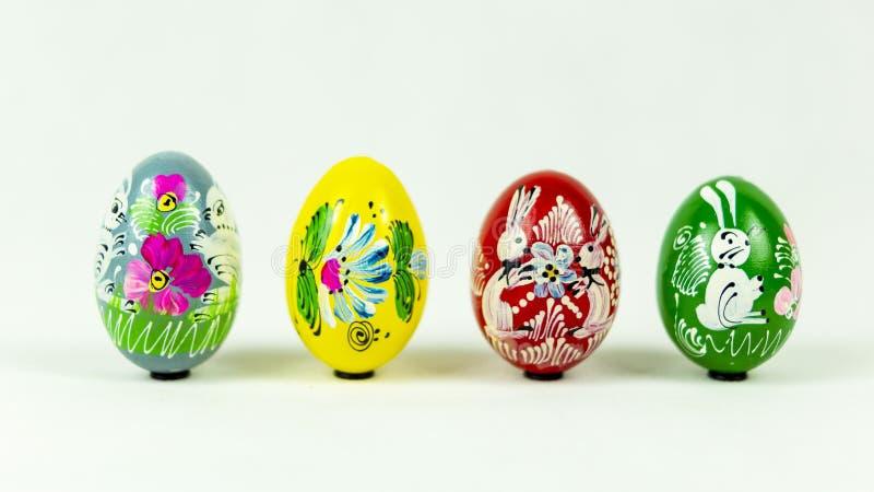 Oeufs de pâques peints à la main colorés l'un à côté de l'autre image libre de droits