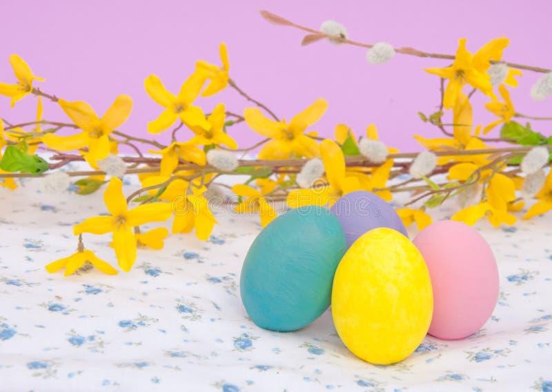 Oeufs de pâques peints à la main dans des couleurs en pastel photographie stock libre de droits