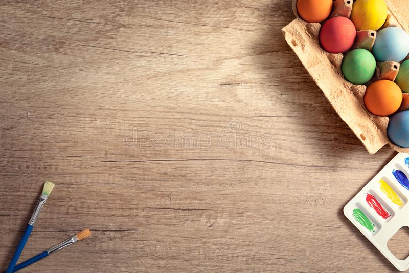 Oeufs de pâques peints dans des couleurs en pastel sur le fond en bois photos libres de droits