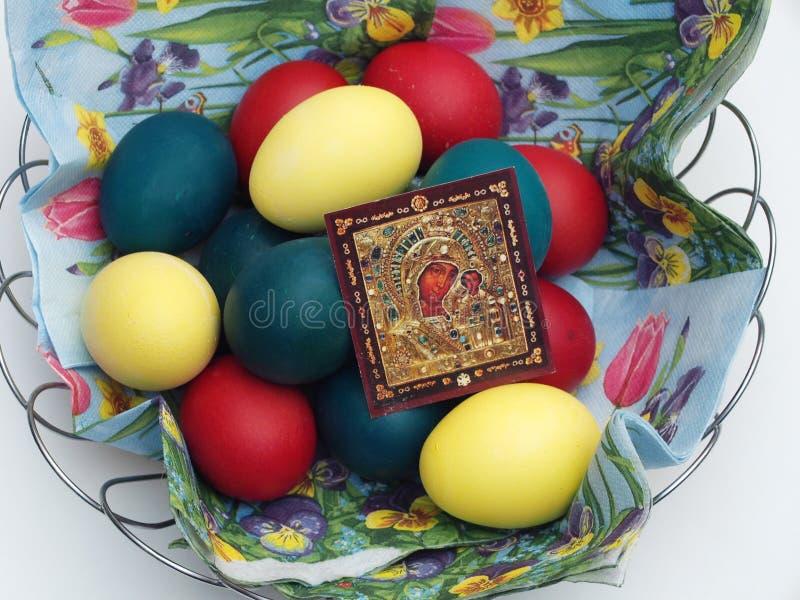 Oeufs de pâques peints dans un panier avec une icône Pâques orthodoxe TR image libre de droits