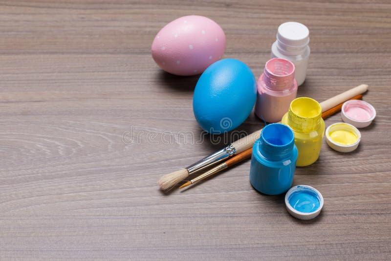Oeufs de pâques de peinture sur le fond en bois photo stock