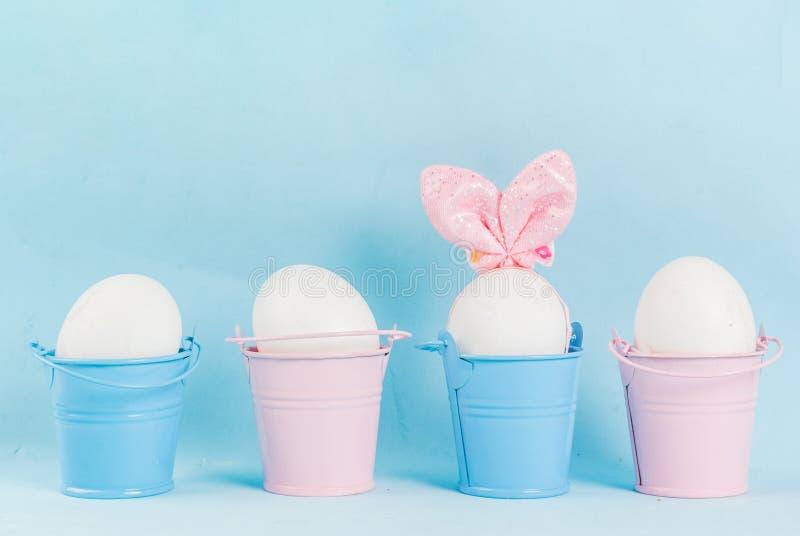 Oeufs de pâques ressemblant aux lapins image libre de droits