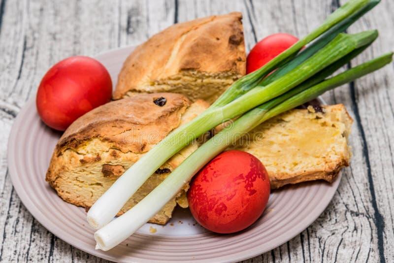 Oeufs de pâques rouges avec du pain d'Istrian Pâques d'oignon et de bonbon de ressort photographie stock