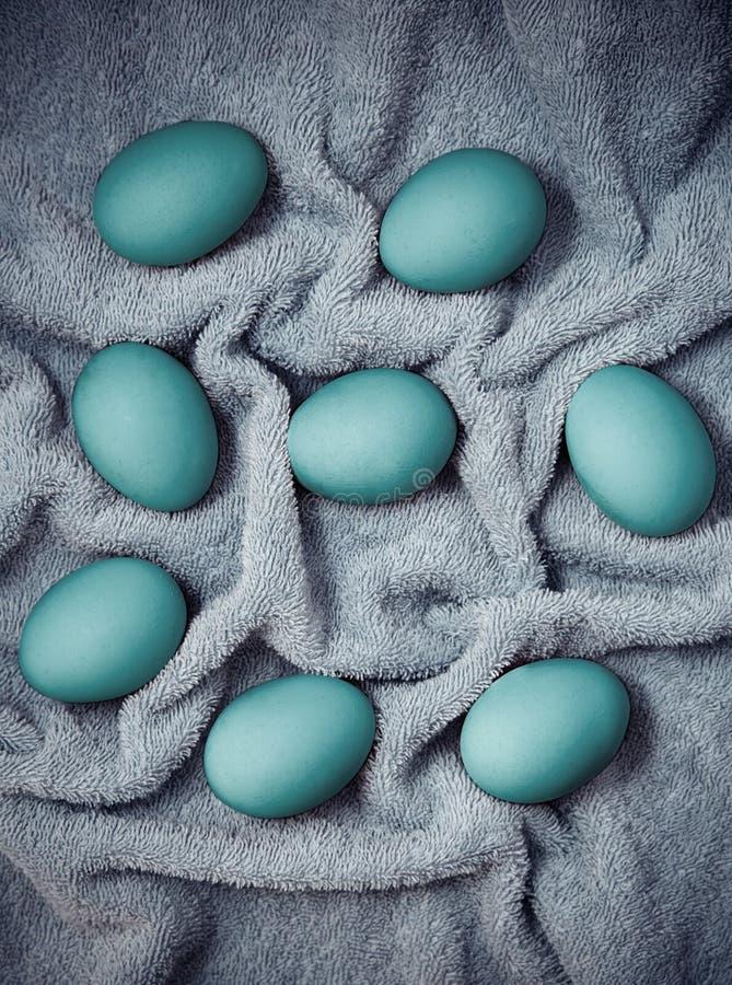 Oeufs de pâques séchant sur un tissu mou photo stock