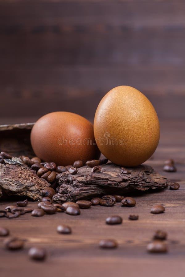 Oeufs de pâques teints avec du café images stock