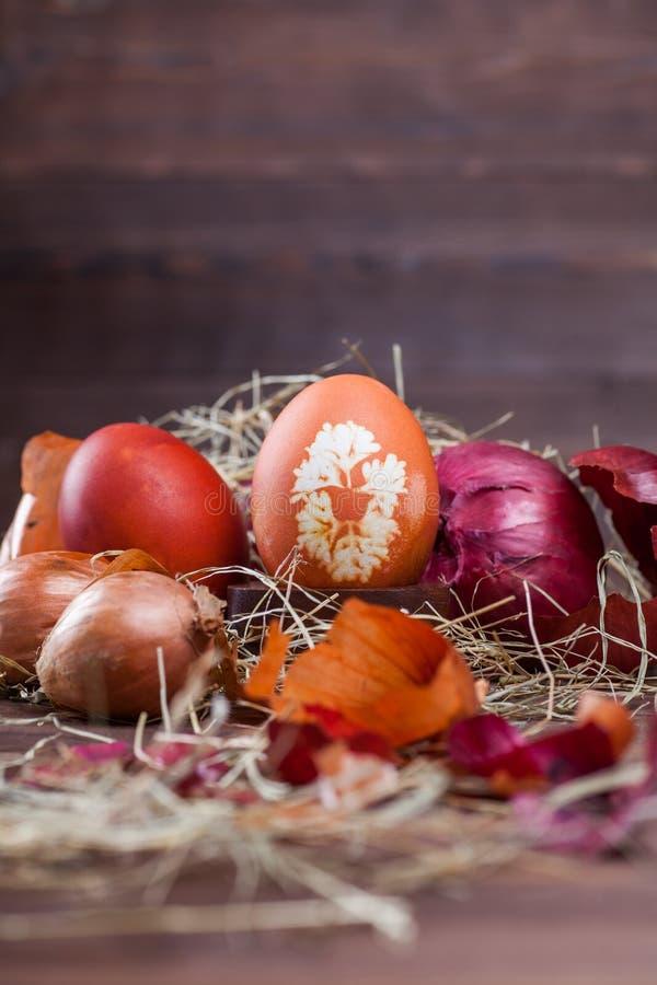 Oeufs de pâques teints par oignon photographie stock libre de droits