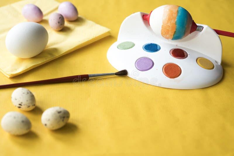 Oeufs de peinture pour Pâques, avec l'andbrush d'outil images stock