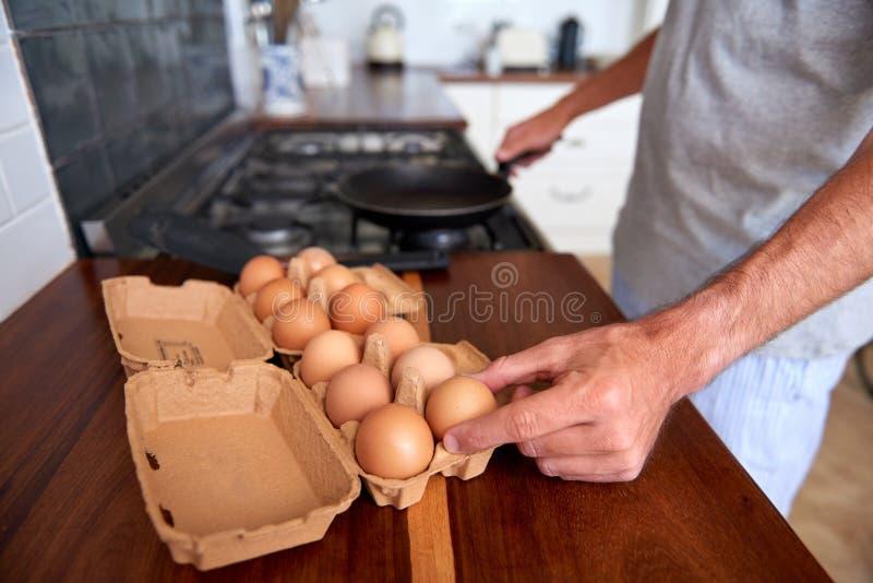 Oeufs de petit déjeuner d'homme photographie stock