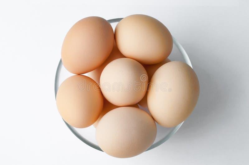 Oeufs de poule de Brown dans le bol en verre sur la table blanche Oeuf frais du ` s d'agriculteur images stock