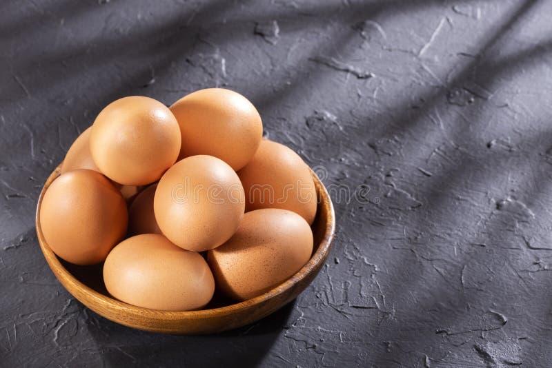 OEufs de poulet brun dans un bol de bois - Espace texte photographie stock