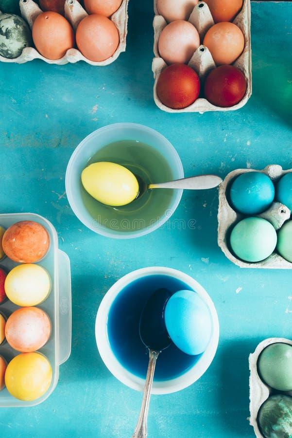 Oeufs de teinture pendant des vacances de Pâques photos libres de droits
