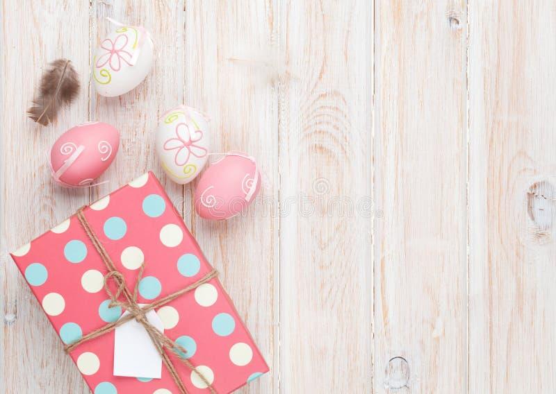 Oeufs et boîte-cadeau de pâques images stock