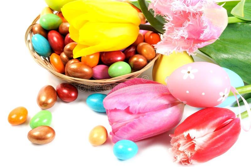 Oeufs et fleurs de pâques photo stock