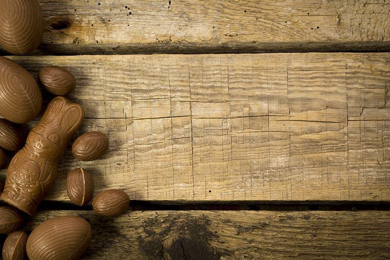 Oeufs et lapin de chocolat de Pâques sur la table en bois photo stock