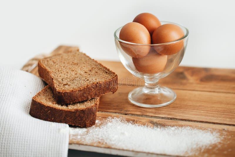 Oeufs et pain de Brown frais image libre de droits