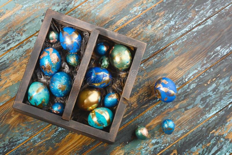Oeufs et plumes décorés pour Pâques Décoration alternative Oeufs teints dans vert, bleu, la turquoise et d'or, oeufs de caille images stock