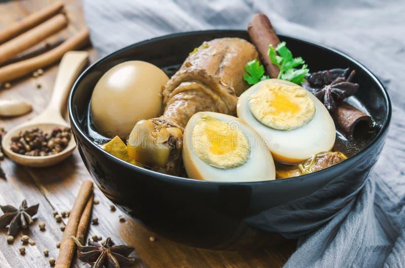 Oeufs et ragoût de poulet avec les épices et la sauce brune images libres de droits