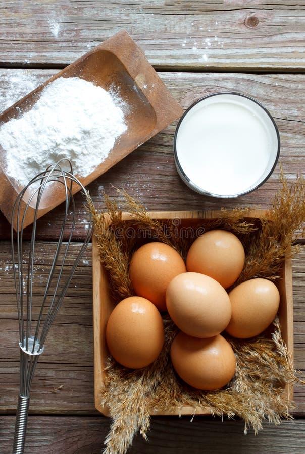 Oeufs, farine et lait photo stock