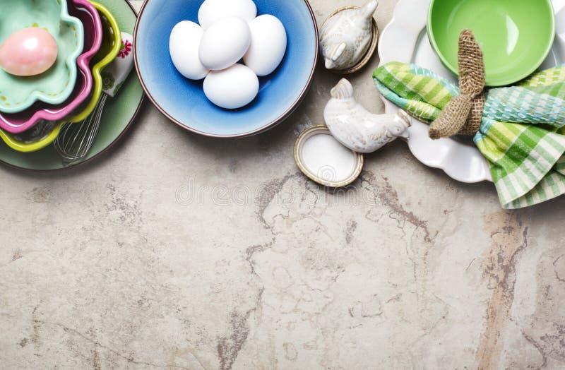 Oeufs frais, composition en Pâques, vue supérieure images libres de droits