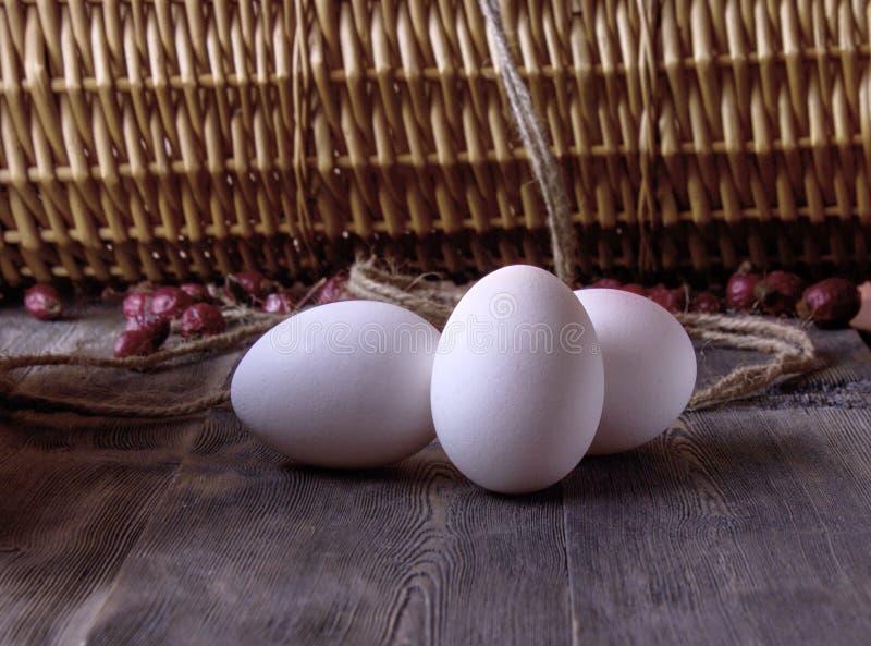 Oeufs frais de poulet sur une étagère en bois image stock