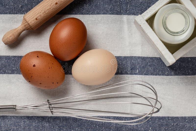 Oeufs organiques frais de brun de ferme grands et blancs sur une toile de cuisine sur la table foncée rustique de fond en bois de photo libre de droits