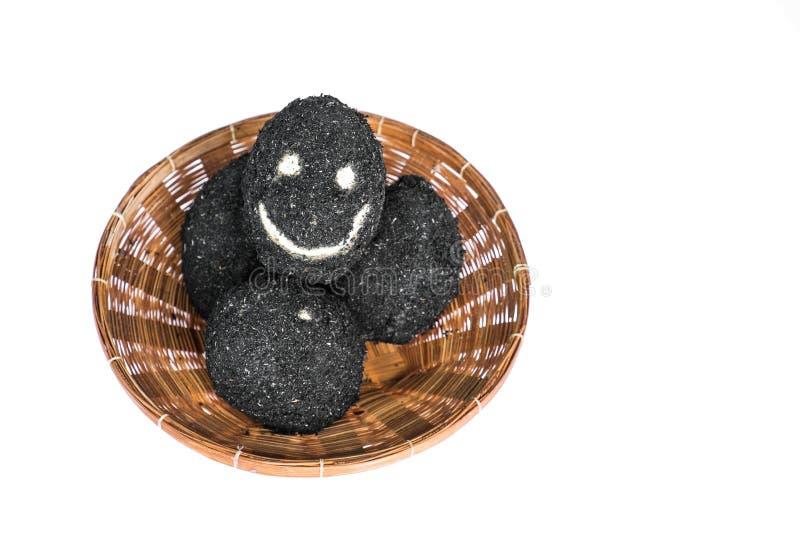 Oeufs salés dans le panier de rotin avec le visage heureux photos libres de droits
