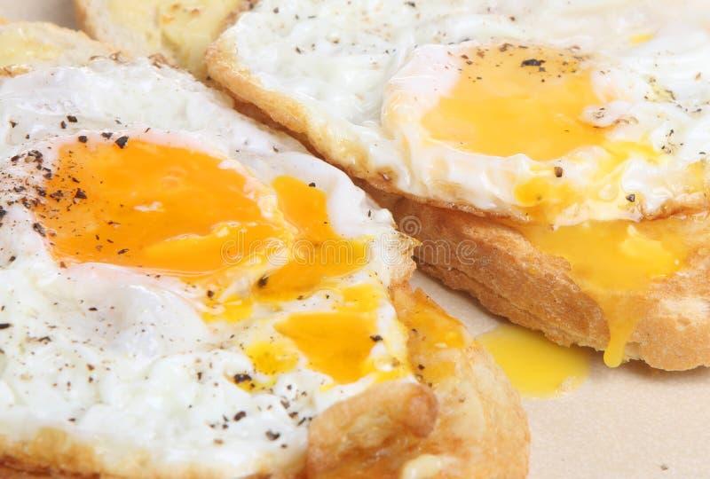 Oeufs sur le plat sur le pain grillé photos libres de droits
