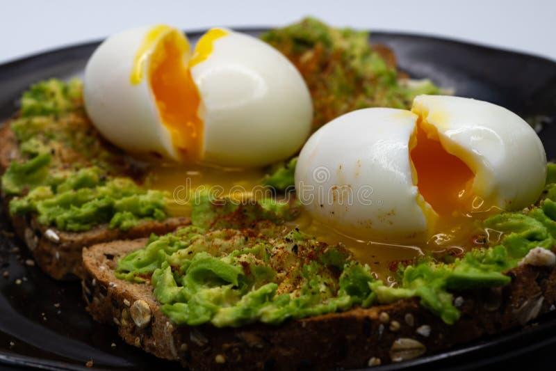 OEufs toasts Avocado et oeufs à la coque photos stock