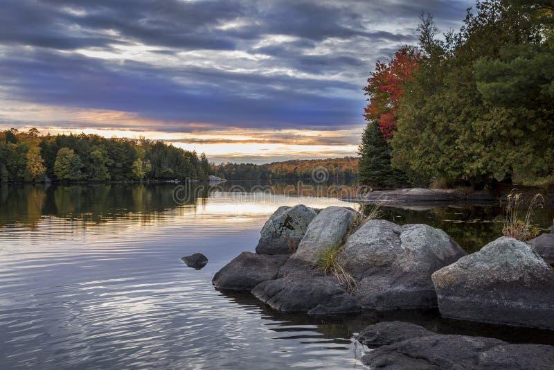 Oever van Autumn Lake bij Zonsondergang - Ontario, Canada stock foto