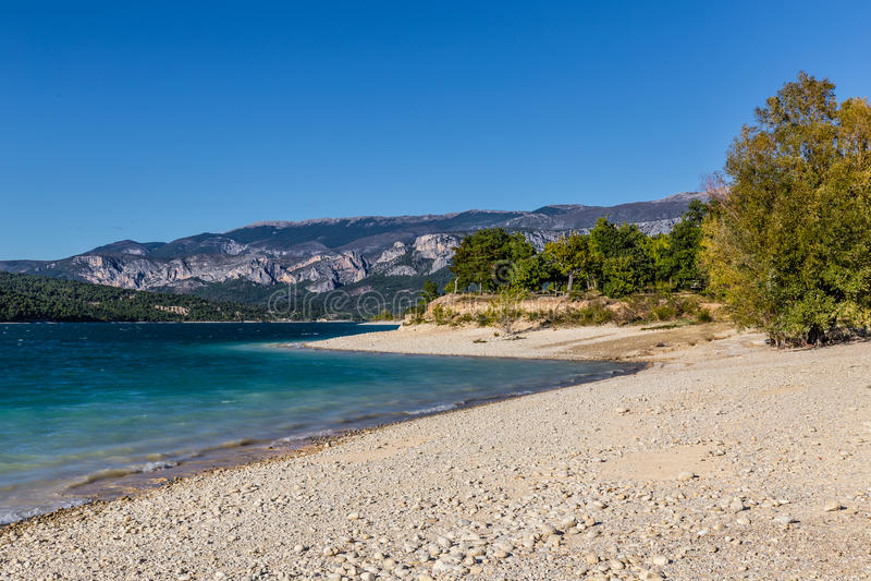Oever van het meer van Sainte Croix du Verdon Lake, Frankrijk stock fotografie