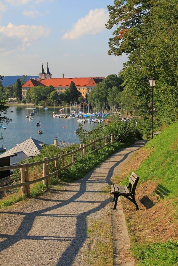 Oever van het meerpromenade, tegernseekasteel, Duitsland stock afbeelding