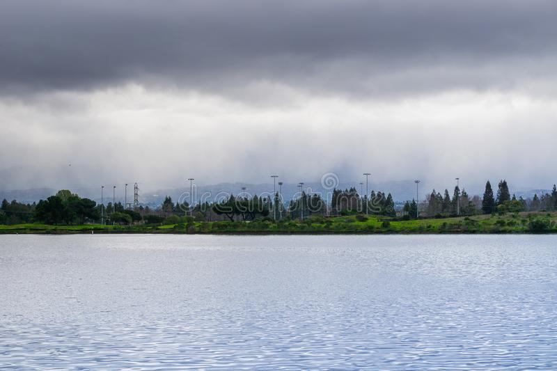 Oevermeer op een bewolkte dag, regen het gieten op de achtergrond, de baaigebied van Mountain View, San Francisco, Californië royalty-vrije stock fotografie