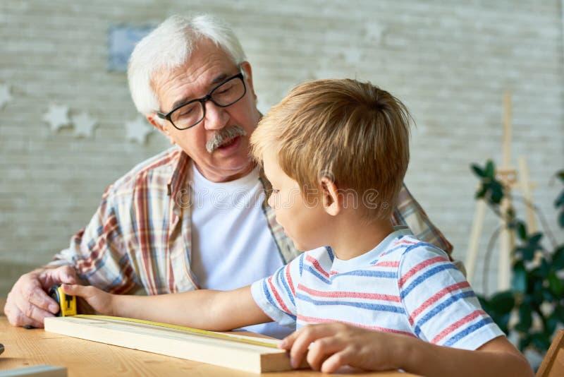 Ofício de ensino do neto da despesa de primeira geração loving imagens de stock