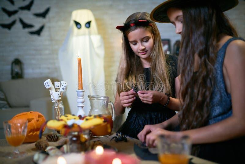 Ofícios de DIY Dia das Bruxas para crianças foto de stock royalty free