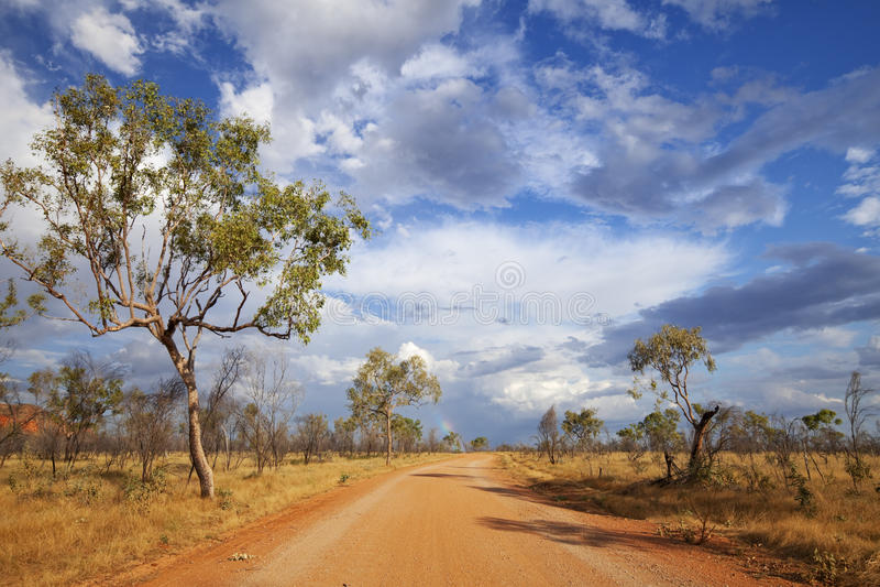 Oförseglad väg i vildmarken av västra Australien royaltyfri bild