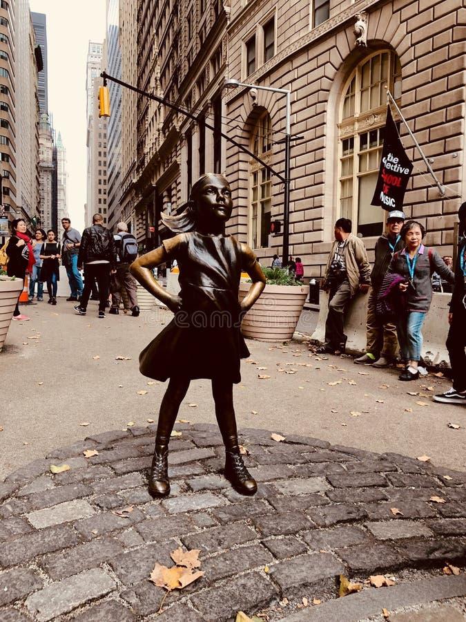 Oförskräckt flicka av Wall Street royaltyfri fotografi