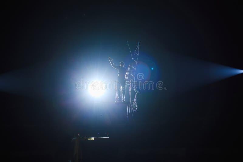 Oförskräckta lindansare på cirkusarenan fotografering för bildbyråer