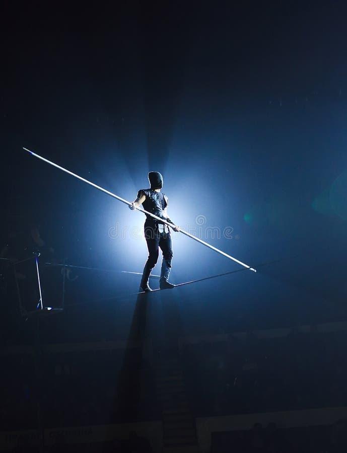 Oförskräckta lindansare på cirkusarenan royaltyfri fotografi
